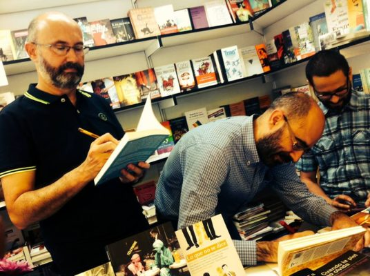 Los autores de Dos Bigotes firman en la FLM: José Luis Serrano, Óscar Esquivias y Lawrence Schimel